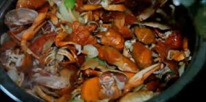 Измельченные очистки раков добавляем к овощам