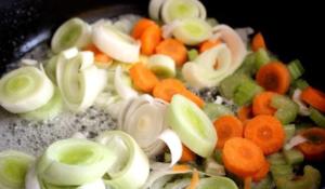 Нарезаем овощи любым удобным способом