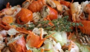 Обжариваем овощную нарезку и добавляем панцири