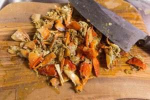 Панцири и клешни раков измельчаем и добавляем в овощам