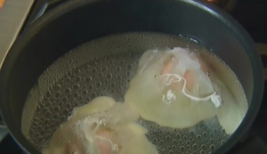 В кипящую воду добавляем ложку уксуса, и разбиваем туда два яйца