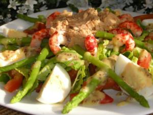 7. На большой тарелке разложите салат Айсберг с дольками помидоров