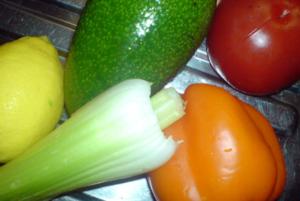 Моем и выкладываем овощи на стол