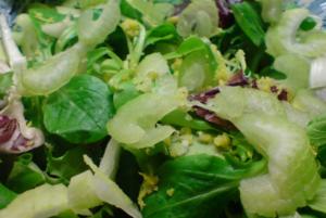 Выкладываем Микс зелени в специальную салатницу