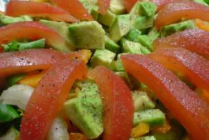Отчищаем томат от кожуры и нарезаем его не толстой соломкой