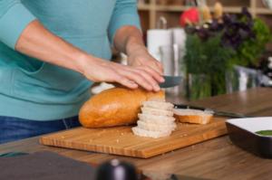 Нарезаем хлеб, отделяем мякишь и нарезаем его квадратиками