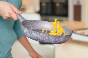 Обжариваем две столовые ложки кукурузных зерен на сковородке