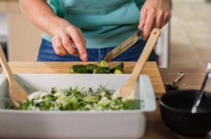 Соединяем в тарелке, салатный микс с оливковым маслом