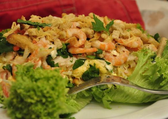 Украшаем салат сухарями и тертым сыром