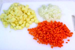 Шинкуем овощи, корнишоны и свежие огурчики порубить кубиками