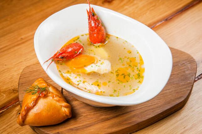 Формируем блюдо. Подают суп из раков с рыбным расстегаем.
